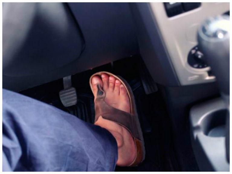 Posso dirigir descalço? E de chinelo?