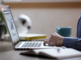 Laptop com dicas de como identificar e se proteger de golpes na internet.