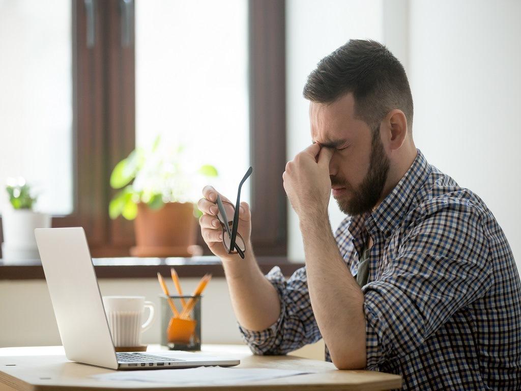 Homem frustado ao perder venda de um anúncio online