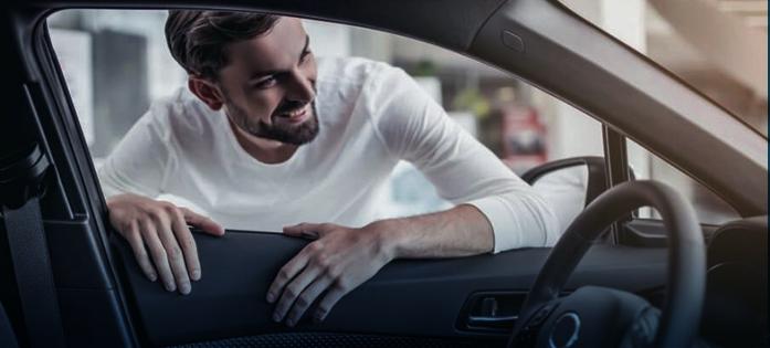 homem satisfeito com as condições do carro mesmo após cinco anos de uso