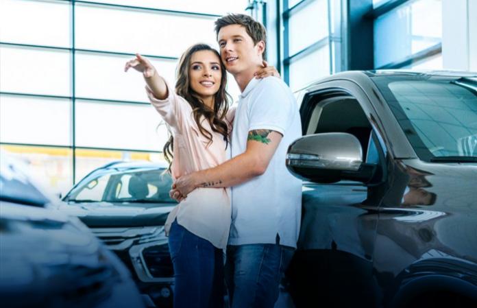 Casal satisfeito por trocar de carro