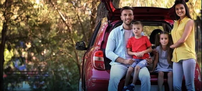 Família satisfeita por trocar de carro e obter um modelo maior