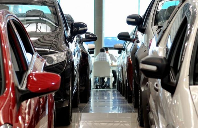 Loja de carros vazia já que a pandemia mudou para sempre o jeito de vender carros