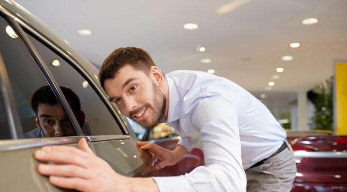 Homem avaliando antes de comprar um seminovo
