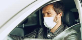 CNH vencida? Homem no carro de máscara indo regularizar o documento