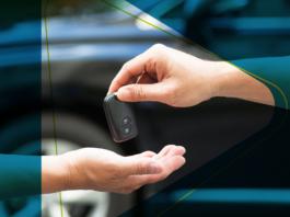 mão entregando a chave do carro usado